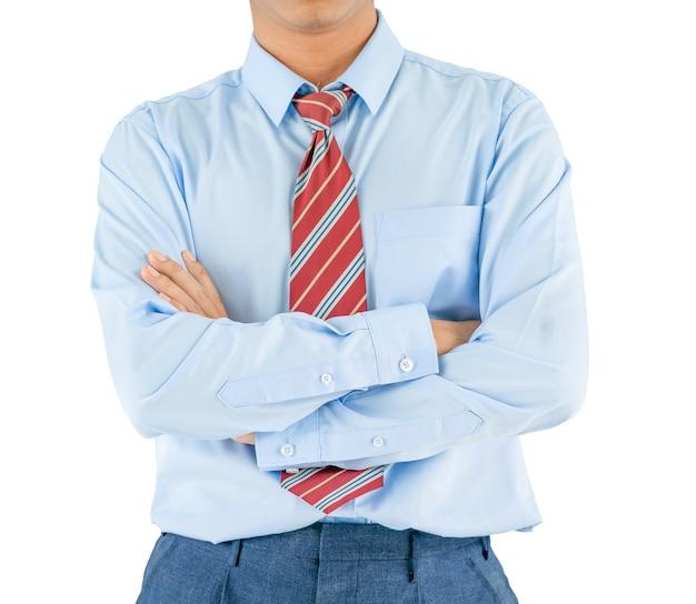 Man in shirt met lange mouwen draagt de armen gekruist terwijl hij geïsoleerd staat op een witte achtergrond