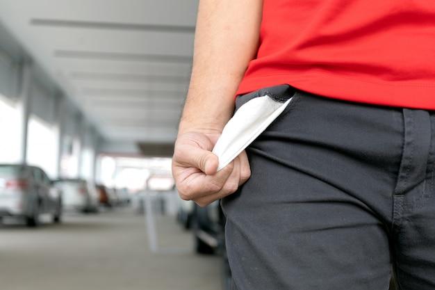 Man in spijkerbroek met lege zak. geen geldconcept
