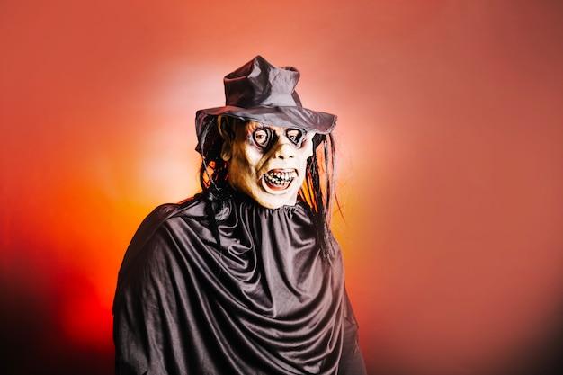 Man in spookachtig kunstmatig masker Gratis Foto
