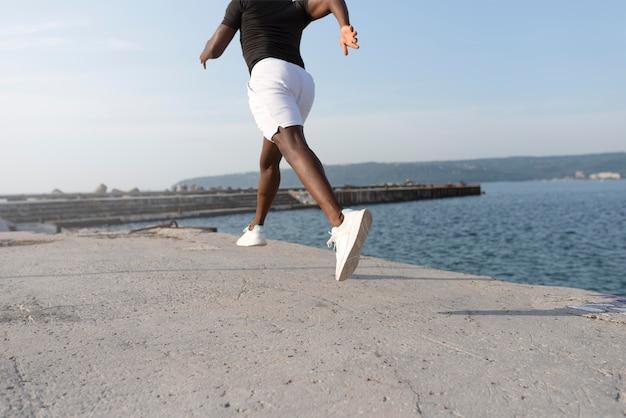 Man in sportkleding buitenshuis oefenen