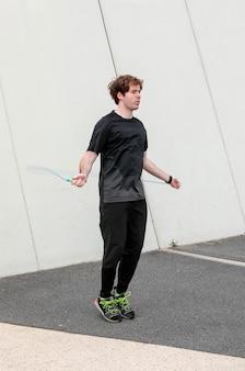 Man in sportkleding buitenshuis te oefenen