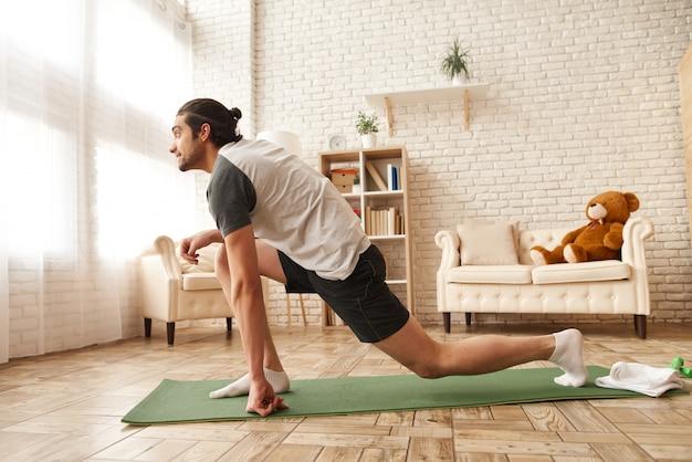 Man in sportkleding heeft binnenshuis training training.