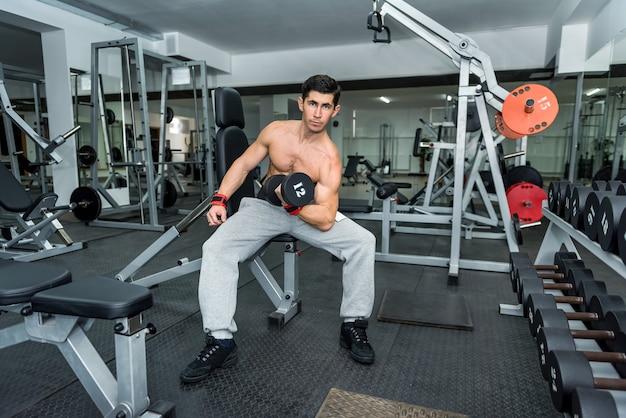 Man in sportschool halter close-up te houden