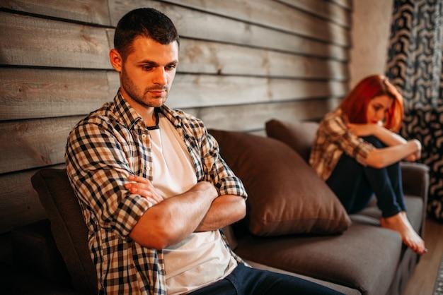 Man in stress en ongelukkige vrouw, familieruzie, paar in conflict. probleemrelatie