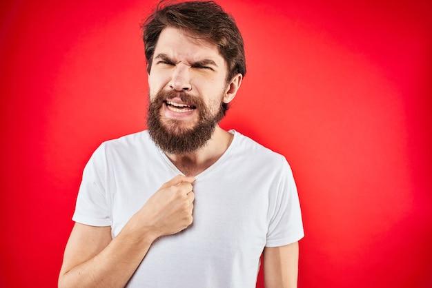 Man in t-shirt gebaren met zijn handen ontevredenheid studio rood uniform
