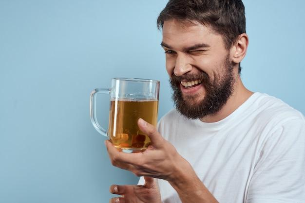Man in t-shirts met een mok bier plezier emoties alcohol gedronken