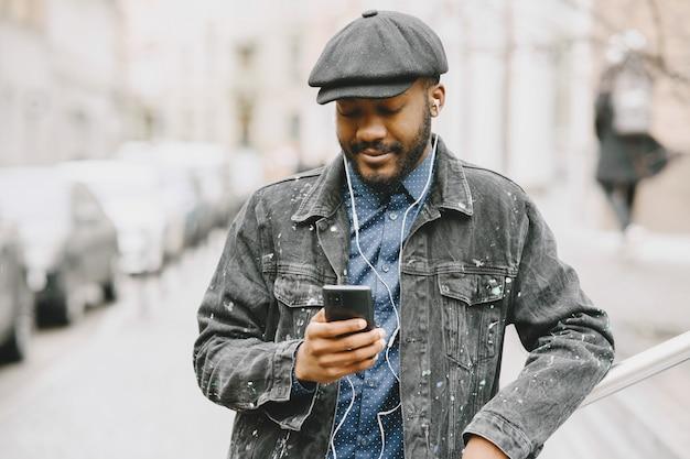 Man in the street die naar muziek luistert