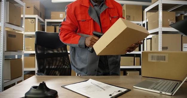 Man in uniform scannen van een pakket