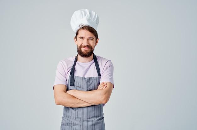 Man in uniform van de chef-kok koken restaurant keuken professionals. hoge kwaliteit foto