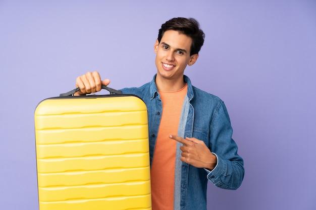 Man in vakantie met reizen koffer