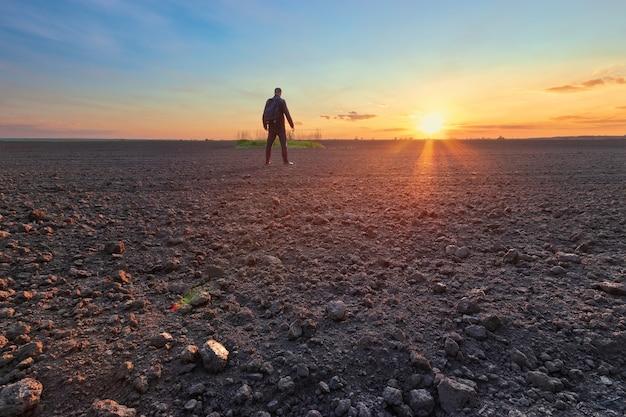 Man in veld bij zonsondergang heldere lente foto oekraïne