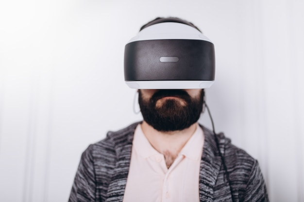 Man in virtuele bril, technologie gaming concept