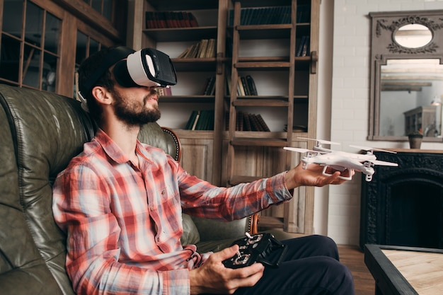 Man in vr-bril drone binnenshuis lanceren