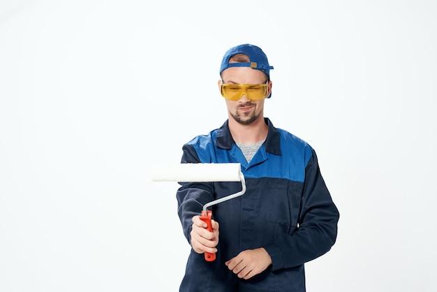Man in werkende uniform reparatie schilderij decorateur