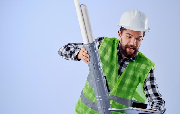 Man in werkende uniforme bouwer ingenieur blauwdrukken professional. hoge kwaliteit foto