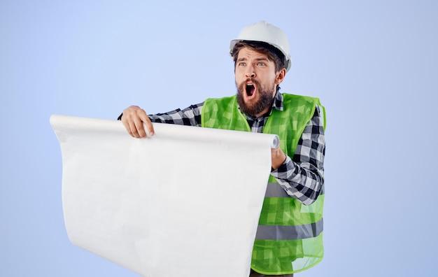 Man in werkende vorm blauwdrukken professioneel beveiligingsproject. hoge kwaliteit foto