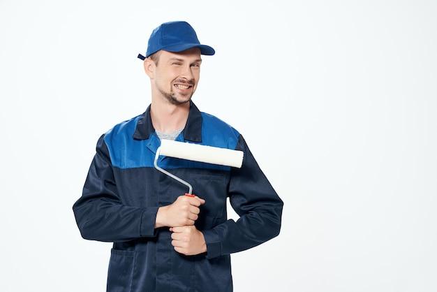 Man in werkende vorm instrumenten professionele lichte achtergrond