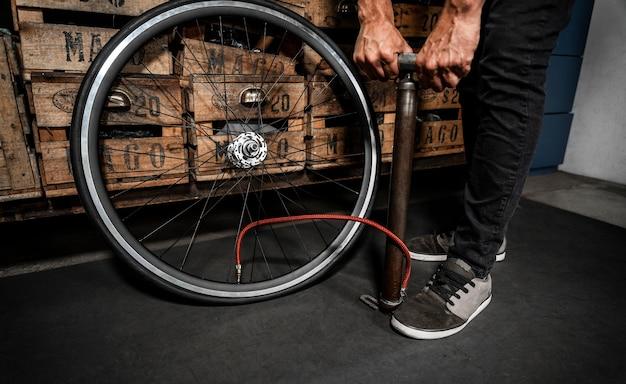 Man in werkplaats fiets maken