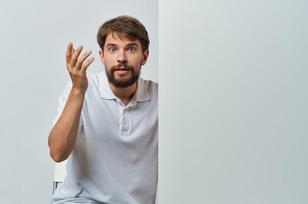 Man in wit overhemd emoties witte presentatie reclame.