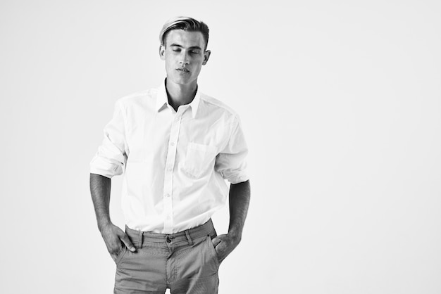 Man in wit overhemd hand in hand achter hoofd mode professioneel zelfvertrouwen