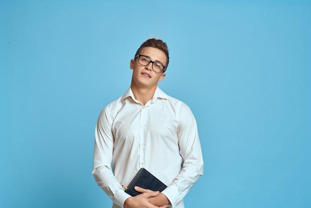 Man in wit overhemd manager professionele blauwe achtergrond