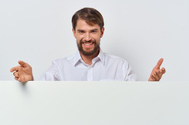 Man in wit overhemd wit kopie ruimte geïsoleerde muur presentatie.
