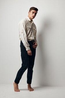 Man in wit overhemd zwarte broek moderne stijl zelfvertrouwen.