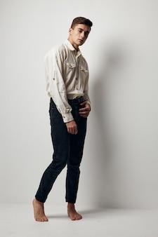 Man in wit overhemd zwarte broek moderne stijl zelfvertrouwen