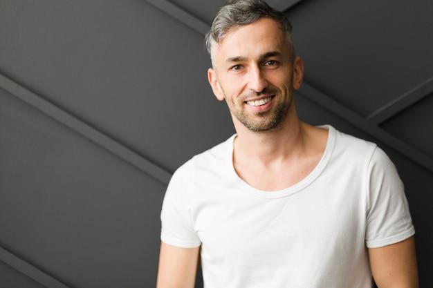 Man in wit shirt glimlacht
