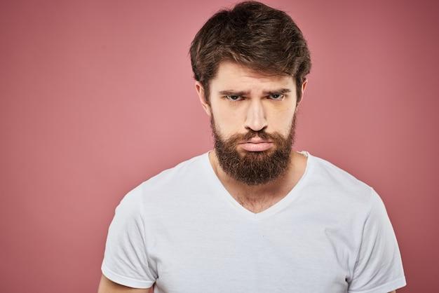 Man in wit t-shirt emoties levensstijl gezichtsuitdrukking geïsoleerd