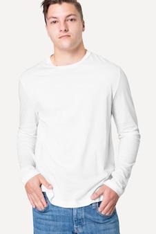 Man in wit t-shirt met lange mouwen herenmode studioportret