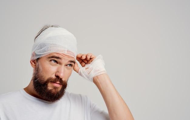Man in wit t-shirt verbonden hoofd gezondheidsproblemen letselbehandeling