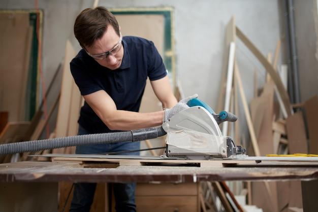 Man in witte handschoenen werkt aan puzzel in werkplaats