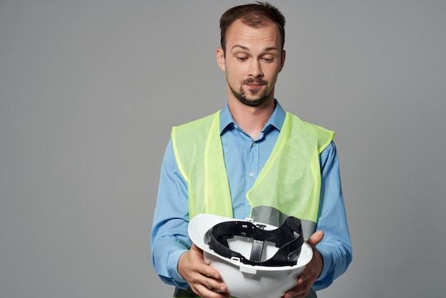 Man in witte helm bescherming werkende beroep geïsoleerde achtergrond