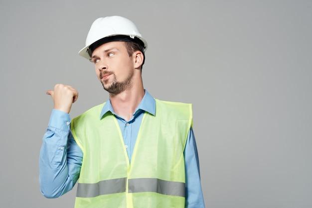 Man in witte helm blauwdrukken bouwer geïsoleerde achtergrond