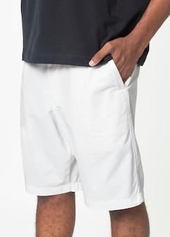 Man in witte korte broek zomer mode fotoshoot close-up