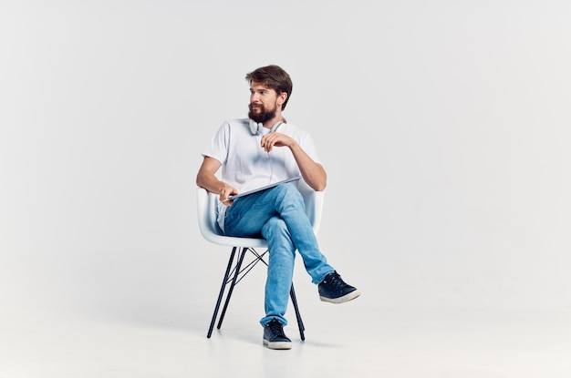 Man in witte t-shirt beweging positief volledige lengte