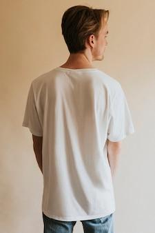 Man in witte t-shirt spijkerbroek