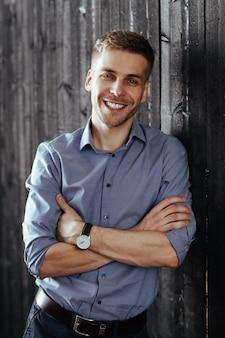 Man in zakelijke stijl outfits glimlachen