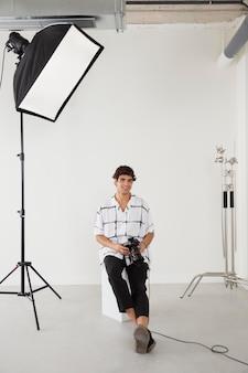 Man in zijn professionele fotostudio