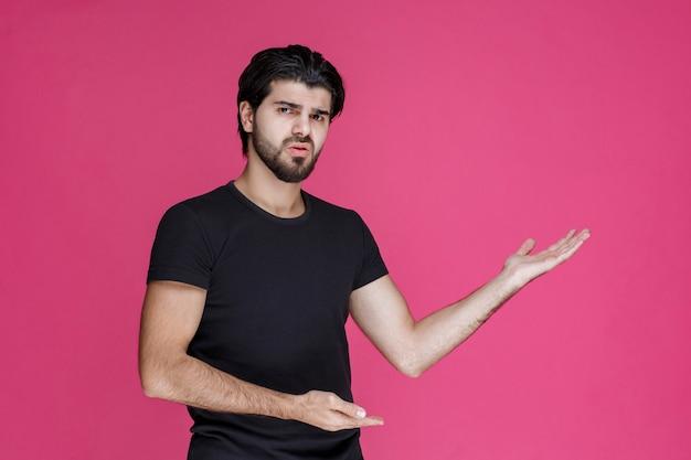 Man in zwart shirt die zich negatief en teleurgesteld voelt over iets