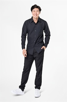 Man in zwart shirt en broek vrijetijdskleding mode full body