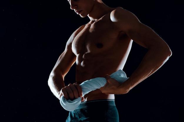 Man in zwarte korte broek pompt body workout fitness motivatie op