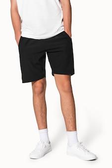 Man in zwarte korte broek voor fotoshoot voor zomerkleding