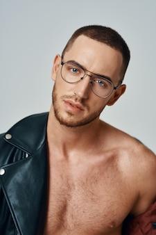 Man in zwarte leren jas topless poseren moderne stijl zelfvertrouwen self