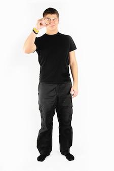Man in zwarte staande met vergrootglas