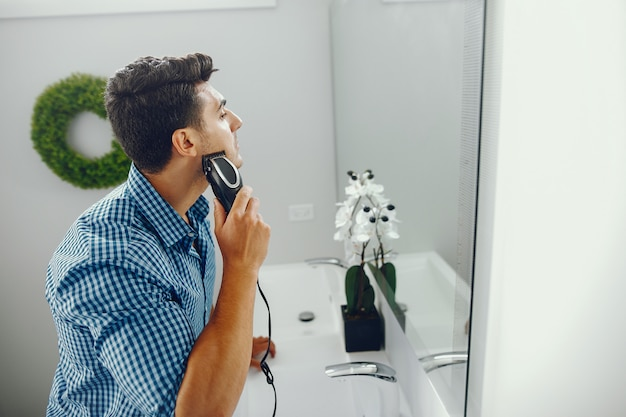 Man is zijn gezicht aan het scheren