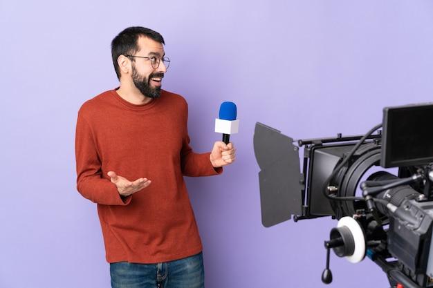 Man journalist of verslaggever met microfoon en videocamera