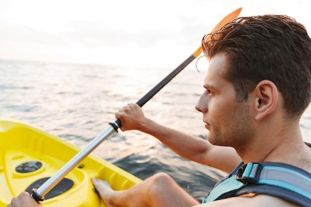 Man kajakken op meer zee in boot.