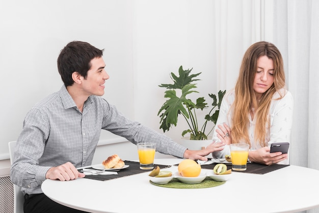 Man kalmerende vrouw aan tafel